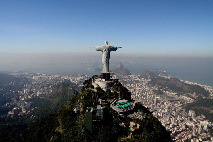 Cristo Redentor, Brasil - De braços abertos, o Cristo tornou-se o símbolo da receptividade do povo brasileiro. Foram nove anos desde o lançamento da pedra fundamental, em 4 de abril de 1922, e a inauguração, em 12 de outubro de 1931, dia de Nossa Senhora Aparecida, Padroeira do Brasil.
