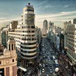 """Na música """"Madri"""", a dupla sertaneja Fernando & Sorocaba canta sobre a distância de um casal que está separado: um em São Paulo e o outro na capital da Espanha"""