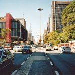 """A música """"Sampa"""", de Caetano Veloso, faz uma homenagem à cidade de São Paulo e eternizou como ponto turístico o cruzamento da Av. Ipiranga com a Av. São João"""