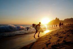 """A música """"Garota de Ipanema"""", de Tom Jobim, consagrou-se como um clássico que retrata a beleza de uma menina que andava pelo bairro do Rio de Janeiro"""