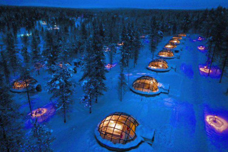 O Kakslauttanen Arctic Resort, na Finlândia, acomoda os visitantes em iglus envidraçados que permitem ver o céu estrelado a as auroras boreais da região