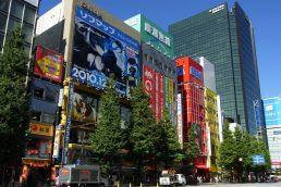 O distrito de Akihabara é o local ideal para quem curte eletrônicos, games e até cosplays