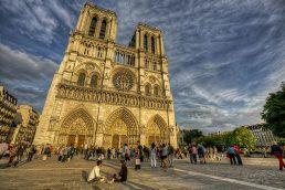 """""""O Corcunda de Notre Dame"""" (1996) mostra o personagem Quasímodo nas instalações da famosa catedral de Paris"""
