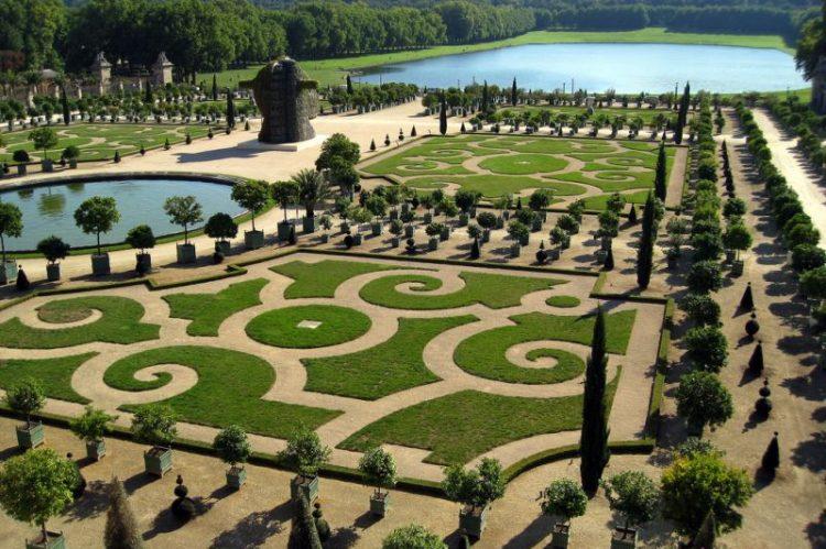 Os jardins que cercam o Palácio de Versalhes, na França, surpreendem pelos tamanhos e formatos
