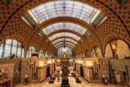 O Museu d' Orsay é um dos locais mais bonitos de Paris, na França. Ele reúne obras impressionistas de Monet e Manet, entre outros. Destaque para arquitetura do prédio, já que o museu funciona em uma antiga estação de trem