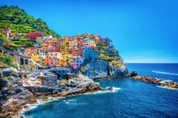 A região de Cinque Terre, na Itália, chama a atenção de turistas do mundo inteiro com suas casinhas coloridas. A paisagem fica ainda mais bonita graças às rochas e ao mar
