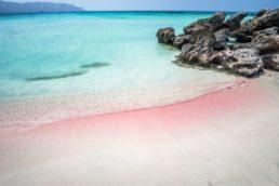 A praia de Elafonissi, na Ilha grega de Creta, conta com uma bela coloração rosada em algumas faixas de areia