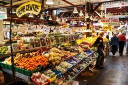 Granville Island é o local ideal para quem quer comprar alimentos fresquinhos em Vancouver, no Canadá. Vale a pena provar as cerejas superdoces. Além das comidas, existem algumas lojinhas de artesanato nos arredores