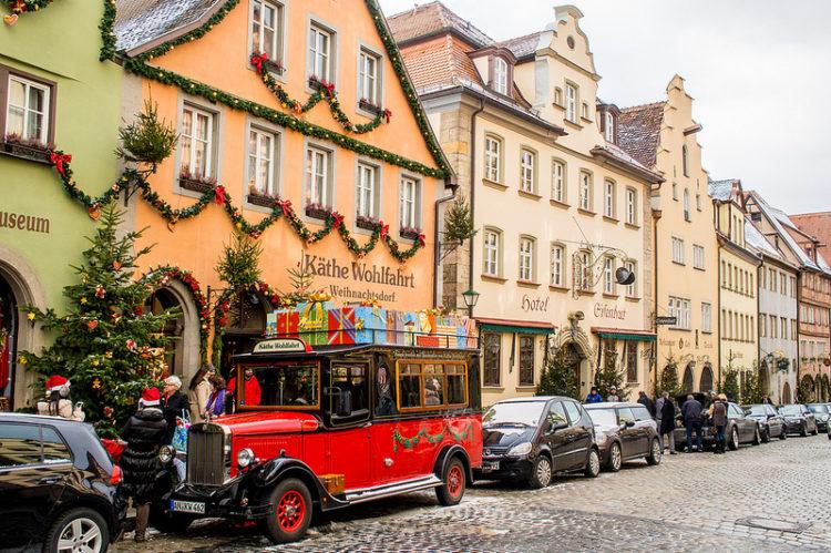 Um dos pontos mais visitados da cidade é a loja Käthe Wohlfahrt Weihnachtsdorf (Vila Natalina), que chama a atenção pela enorme quantidade de enfeites de Natal. Apesar dos preços altos (em relação aos do Brasil), é difícil resistir aos penduricalhos, ursinhos, trenós, Papais Noéis e presépios