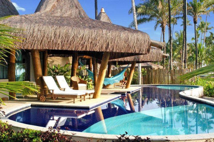 O Kiaroa Eco-Luxury Resort é uma das propriedades mais exclusivas da Bahia. Cheios de charme, os 22 bangalôs inspirados nas Polinésia Francesa garantem privacidade e vista para paisagens espetaculares. A equipe do hotel fica responsável por mimar os hóspedes. Fica na exuberante Península de Maraú