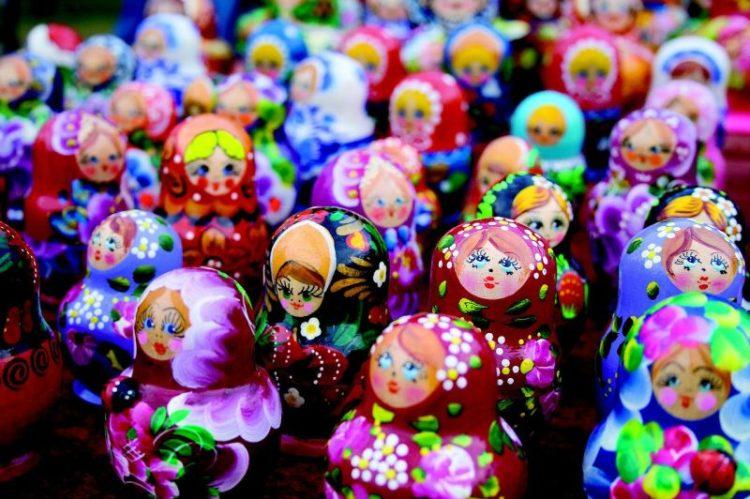 Quem vai à Rússia não pode deixar de comprar uma matrioska. A lembrancinha reúne uma série de bonecas de diferentes tamanhos, que são colocas uma dentro das outras