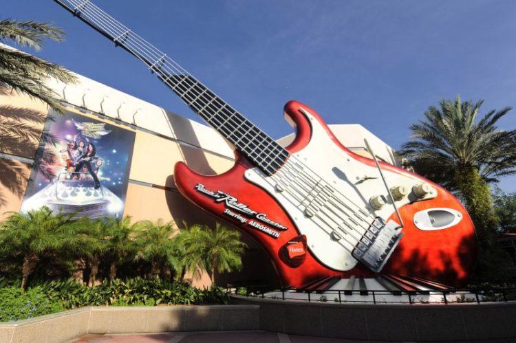 A Rock 'n' Roller Coaster tem um visual bacana por dentro e por fora. Ainda na fila, hologramas dos membros da banda Aerosmith convidam os visitantes para uma volta de limousine. Os carrinhos compridos levam os corajosos por um percurso cheio de curvas, luzes, velocidade e rock and roll