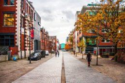 A república da comédia britânica Fresh Meat fica na cidade de Manchester, na Inglaterra