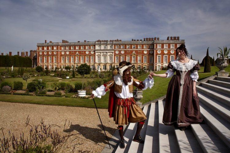 O Hampton Court Palace, em Windsor, na Inglaterra, era a residência real favorita do rei Henrique VIII. Além de deslumbrar os maravilhosos jardins do local - inaugurados pela rainha Victoria em 1838 -, é possível explorar a Capela Real (que tem 450 anos), as grandes cozinhas de estilo tudor e o apartamento de William III