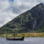 O Museu Viking de Lofoten conta com atrações que transportam os visitantes à época dos vinkings. É possível fazer um passeio a bordo de um navio viking, participar de oficinas para produzir utensílios de ferro, acompanhar reproduções teatrais que simulam os costumes da época e provar comidas típicas