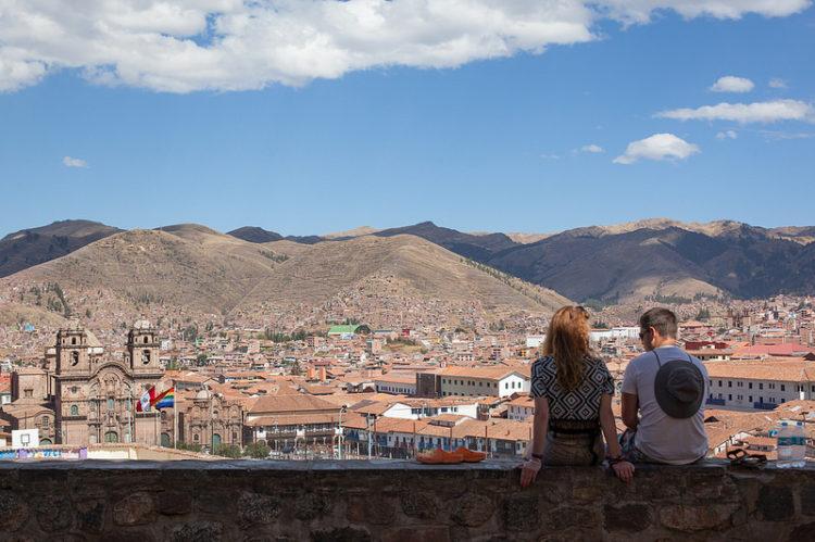 Cheia de história para contar e pertinho da misteriosa Machu Picchu, Cusco é uma ótima opção para quem gosta de pratos gourmets. Embora alguns deles causem estranheza, como o cuy (porquinho da índia) ou a carne de lhama, a cozinha peruana é repleta de receitas com ingredientes já conhecidos pelos paladares brasileiros, como arroz, batata, peixes, carnes e legumes. No caso das bebidas, vale a pena provar a Inka Cola e o coquetel pisco sour (pisco, clara de ovo, gelo, limão e açúcar)