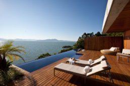 Os bangalôs com vista para o mar da Costa Esmeralda são ótimos para um programa especial a dois – em 2016, o Ponta dos Ganchos foi eleito o resort mais romântico da América do Sul pelo site TripAdvisor e ficou em 11º lugar no ranking global.