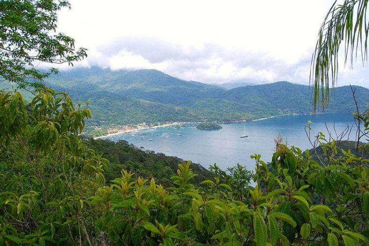 Em Ilha Grande, no Rio de Janeiro, a vila Abrão é o principal núcleo urbano do local, mas consegue preservar um clima rústico