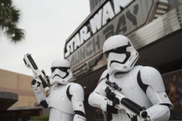 Em Orlando, nos Estados Unidos, as atrações relacionadas à franquia Star Wars se concentram no parque Hollywood Studios, da Disney. A área Star Wars Launch Bay (foto) funciona como uma espécie de museu, que reúne objetos, figurinos e até personagens dos filmes