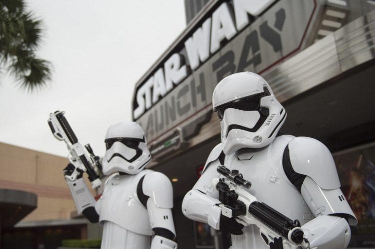 Em Orlando, nos Estados Unidos, as atrações relacionadas à franquia Star Wars se concentram no parque Hollywood Studios, da Disney. A área Star Wars Launch Bay (foto) funciona como uma espécie de museu, que reúne objetos, figurinos e até personagens dos filmes