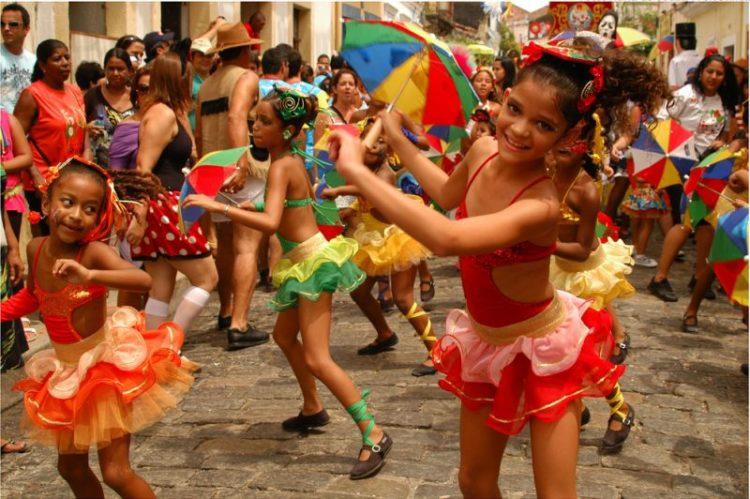O frevo é uma dança típica da região nordeste do Brasil. É muito presente durante o Carnaval de rua da cidade de Olinda, quando crianças e adultos se rendem à folia