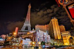 Além de oferece jogos tradicionais como blackjack (21) e roleta, o cassino do Paris Las Vegas Hotel & Casino abriga mais de 1.700 caça-níqueis. O complexo ainda oferece shows e restaurantes para todos os tipos de viajantes - o Cafe Belle Madeleine e o Eiffel Tower Restaurant, por exemplo, no alto da torre que enfeita a fachada, são puro charme