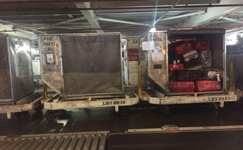 """""""containers"""" que levam bagagens aos aviões"""