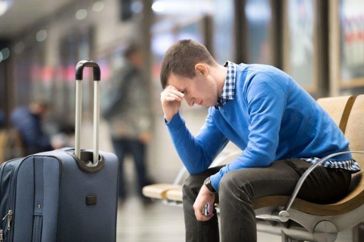 Passageiro lamente atraso ou cancelamento de voo. Conheça o direito dos passageiros de voos atrasados ou cancelados
