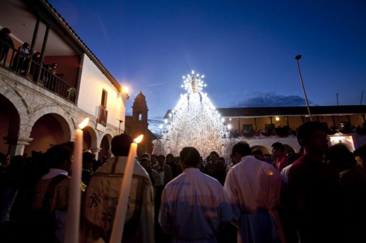 Procissão del Cristo Resucitado, durante a Semana Santa em Ayacucho