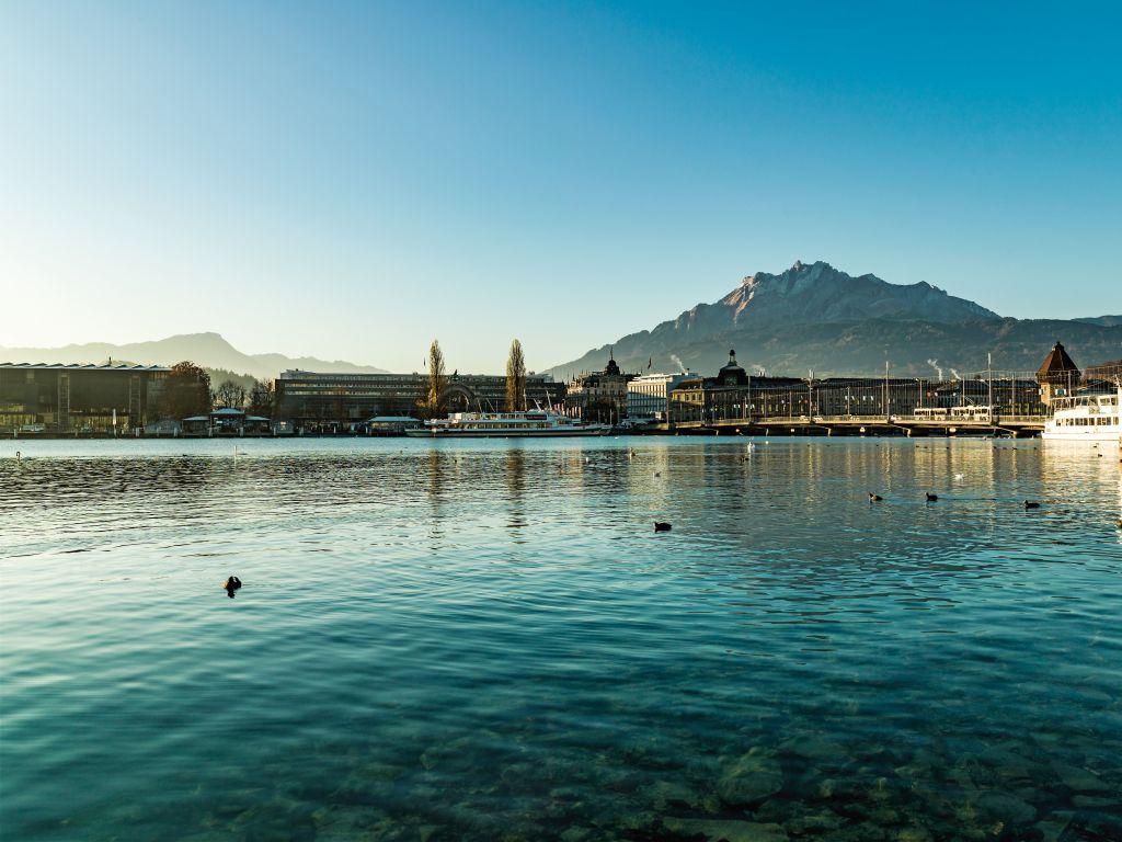 Lucerna tem passeios de iates e festivais de música durante o verão |Divulgação