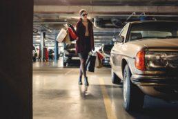 Mulher com sacolas de compras. Imposto sobre compras nos EUA