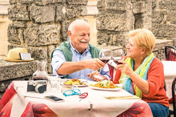 Casal almoçando pela Espanha.