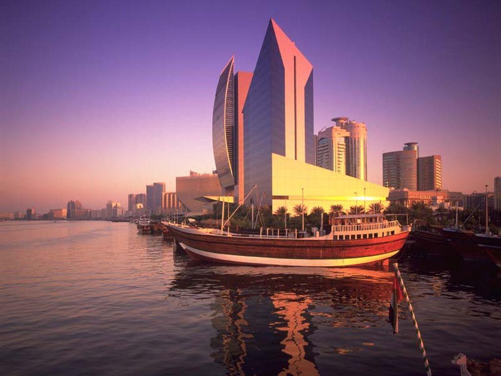 Barco na marina de Dubai
