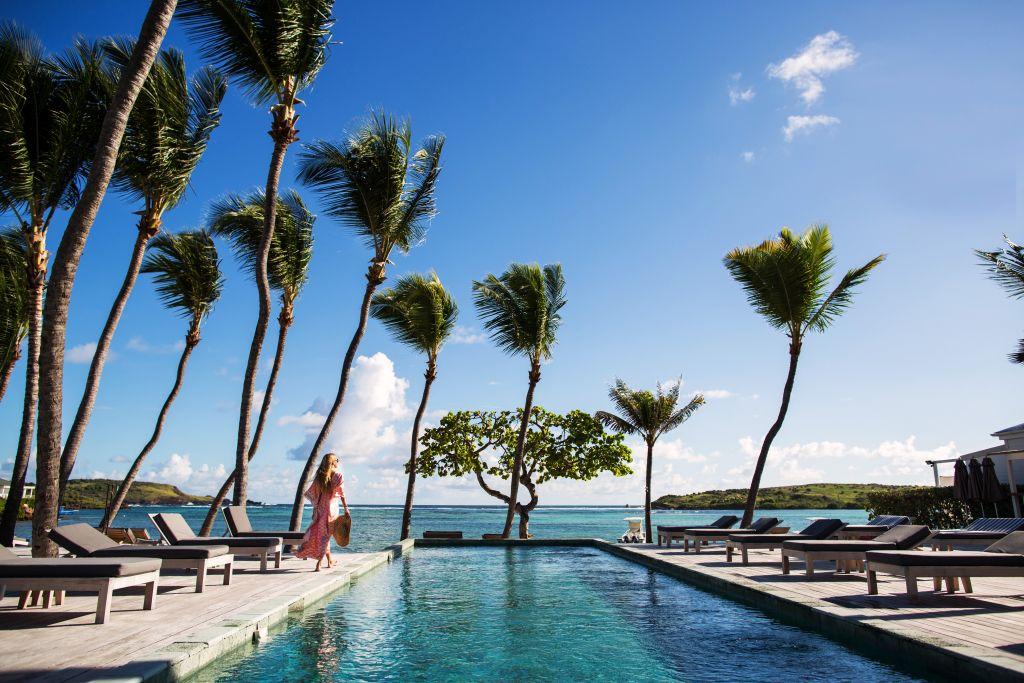 Mulher na piscina em Hotel Le Sereno, em St. Barth, no Caribe