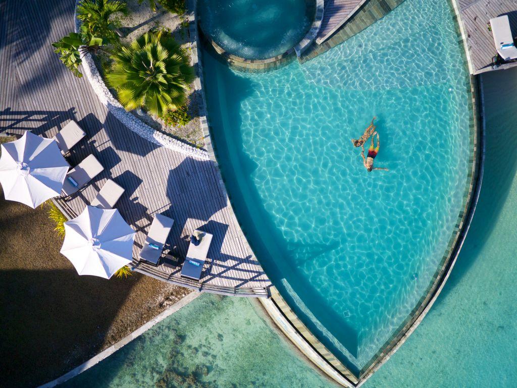 Casal na piscina em Hotel de luxo em Rangiroa, uma dos atóis da Polinésia Francesa