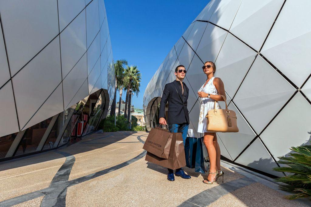 Casal em Shopping de luxo em Monte Carlo, Mônaco