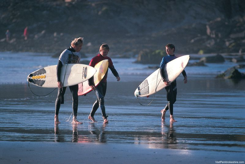 Surfistas em Pembrokeshire