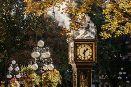 A região de Gastown abriga um relógio a vapor que é o marco zero da cidade. Ele apita e solta fumaça de 15 em 15 minutos | Tourism Vancouver/ Nelson Mouellic
