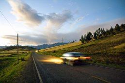 Carro na estrada ao anoitecer