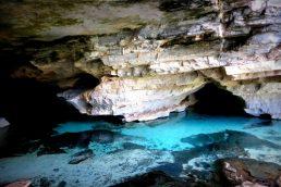 Gruta da Pratinha (BA): A Gruta da Pratinha é um belo cartão-postal da Chapada Diamantina, no Estado da Bahia. Para chegar a ela é preciso percorrer uma trilha ou ir de tirolesa. No interior da gruta, você pode mergulhar ou praticar flutuação nas suas águas cristalinas |Foto Wikimedia /Guimaraes jm0