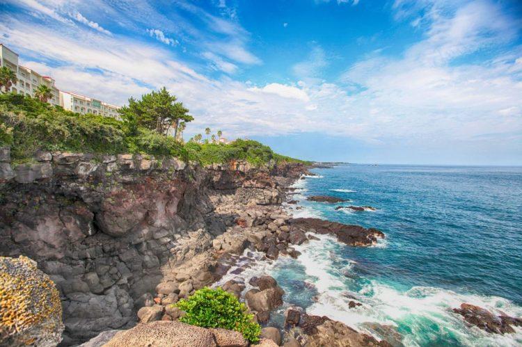 Ilha de Jeju: A Ilha de Jeju é uma ilha vulcânica, formada a partir de erupções desse fenômeno, a aproximadamente dois milhões de anos atrás. Localizada na Coreia do Sul, o local conta com uma superfície de 1.846 km² e contém a Ilha Vulcânica de Jeju e os Tubos de Lava, Patrimônio da Humanidade. Uma curiosidade é que Hallasan, a montanha mais alta da Coreia se encontra nessa província, além de um vulcão adormecido que se eleva a 1.950 m acima do nível do mar | Pixabay