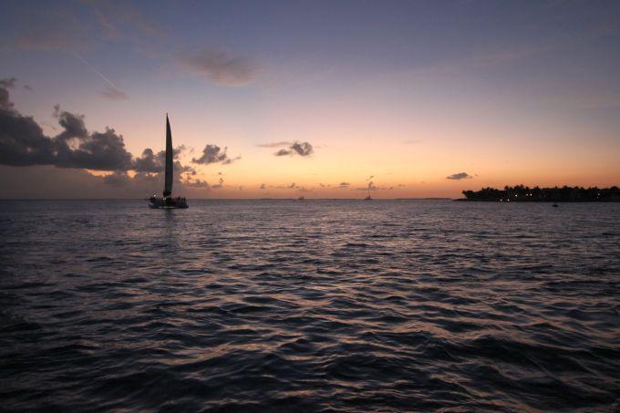 Barco a vela pôr do sol