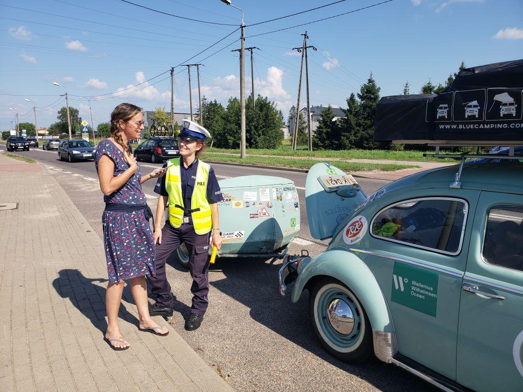Por onde passou, o Fusca 1968 chamava a atenção. Na Polônia, uma policial tentou conversar com Gabi Mazza |Foto: Divulgação/Nauro Júnior