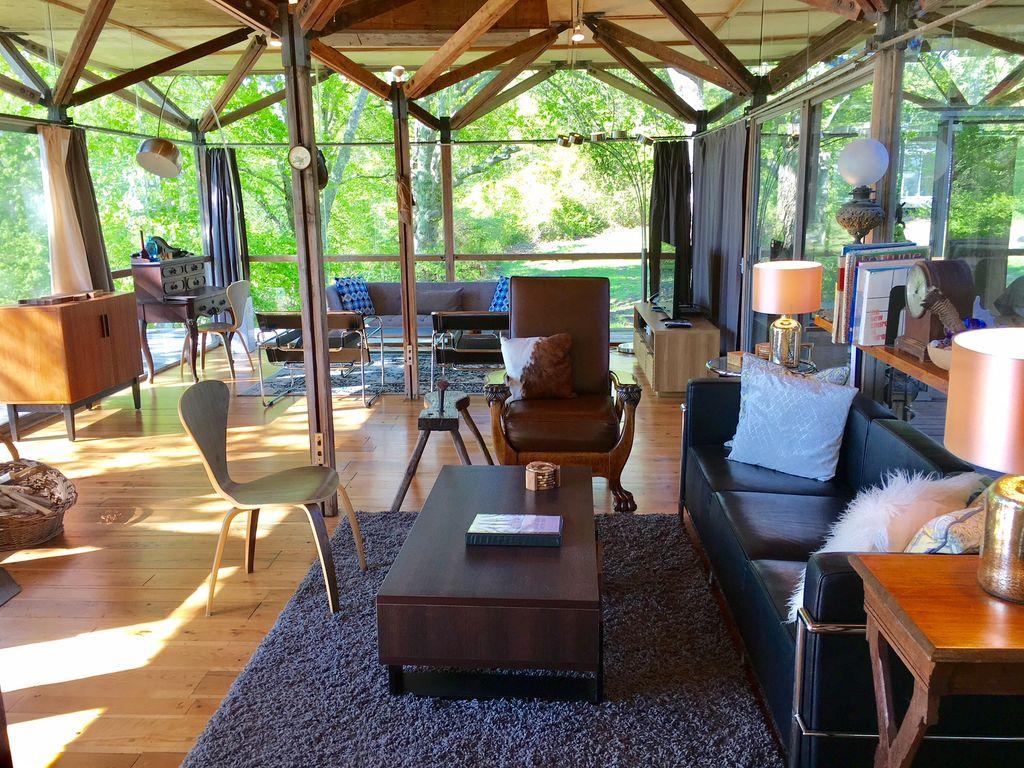 Casa com chão de madeira rodeada por vidro | Divulgação