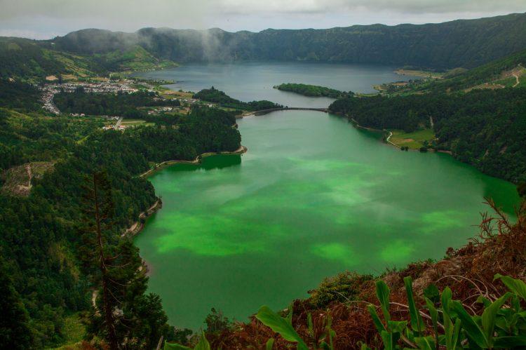Lagoa das Sete Cidades: Localizado a noroeste da Ilha de S. Miguel, no concelho de Ponta Delgada, o complexo vulcânico das Sete Cidades, local de elevada importância geológica, ecológica, hidrológica e paisagística, é uma das imagens mais simbólicas das ilhas açorianas e um dos lugares mais famosos no arquipélago dos Açores | energeticspell on Visualhunt / CC BY-NC