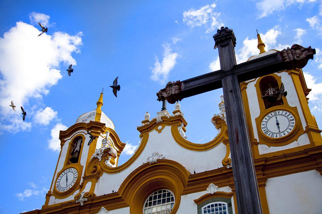 "Vista da igreja em Tiradentes | <a href=""https://www.flickr.com/photos/antoniothomas/5424988129/"">Thomás</a> on <a href=""https://visualhunt.com/photos/city/"">Visualhunt</a> / <a href=""http://creativecommons.org/licenses/by/2.0/""> CC BY</a>"