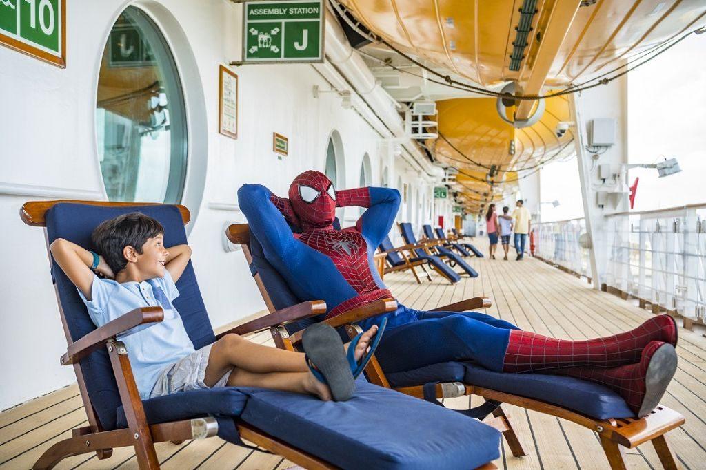 Super-heróis divertem as crianças no navio | Divulgação