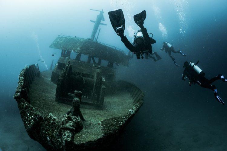 fotos de navios e destroços no fundo do mar