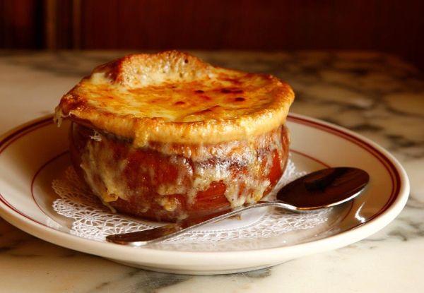 Restaurante em Miami oferece diversos pratos típicos, como a sopa de cebola