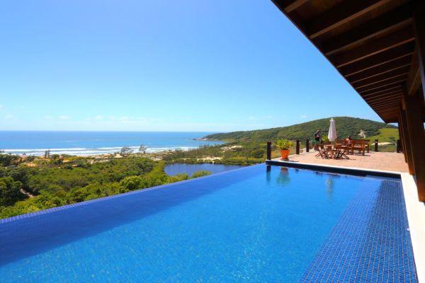Além da bela piscina, a casa contam com cinco suítes | Divulgação
